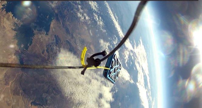 الهاتف وصل إلى الأرض سليماً بعد سقوطه من ارتفاع 30 كيلومترا (سكاي نيوز عربية)