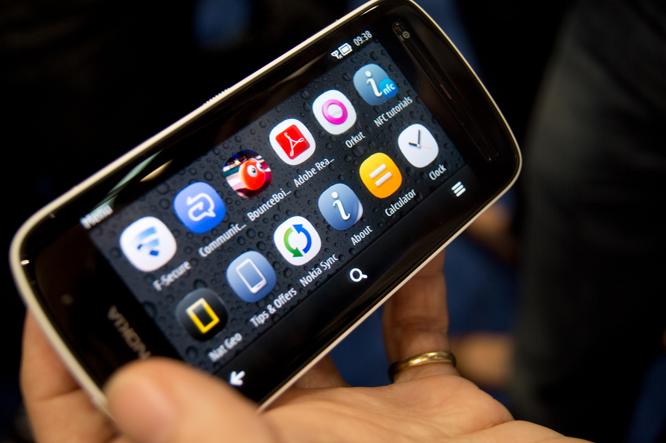 هاتف نوكيا بيور فيو 808 هو آخر هواتف نوكيا العاملة بنظام سيمبيان