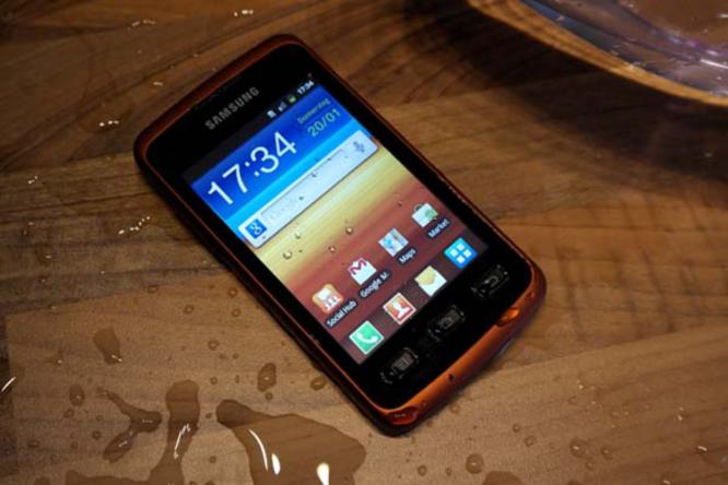 يعتمد الهاتف شاشة بقياس 4 إنش، ومزوّد بمعايير الحماية من الماء والغبار والطين