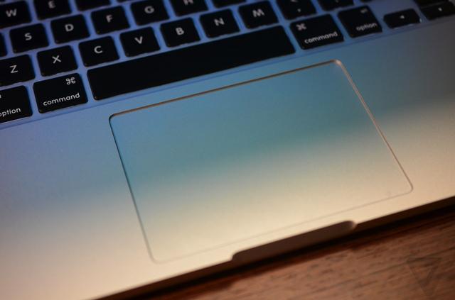 أبل تطلق تحديث لإصلاح مشكلة لوحتي المفاتيح واللمس في ماك بوك برو الجديد