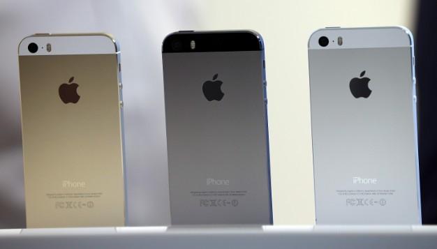 أبل تعترف بوجود مشكلة في بطارية بعض هواتف آيفون 5 إس