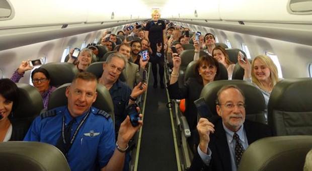 أول رحلة طيران تسمح باستخدام الهواتف
