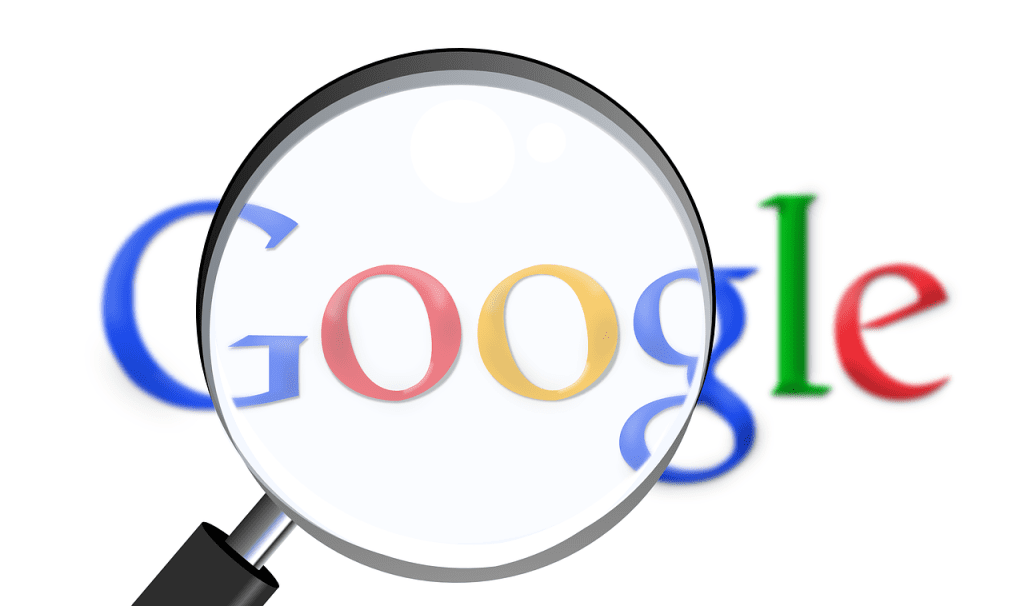 """ألزمت المحكمة الأوروبية العليا شركة غوغل الأمريكية بحذف المحتويات الخاصة بالمستخدمين من نتائج محرك البحث، التابع لها، في حال طلبهم ذلك. وأشارت المحكمة إلى أن المستخدمين لهم الحق في مطالبة جوجل والمحركات الأخرى بحذف أو تعديل نتائج البحث إذا كانت تحتوي على معلومات تنتهك خصوصيتهم، بحسب موقع Cnet. وتعليقا على قرار المحكمة، قال متحدث باسم غوغل """" هذا الحكم مخيب لآمال محركات البحث... نحتاج حاليا إلى بعض الوقت لتحليل تداعيات الأمر"""". تجدر الإشارة إلى أن القضية تعود إلى عام 2009، عندما وجد الإسباني كوستيخا جونزاليس نتائج في محرك بحث غوغل  لموضوعات قديمة تكشف عن قيامه ببيع عقارات كان يملكها عندما مر بضائقة مالية في التسعينات، إلا إنه أراد حذف تلك الموضوعات، ودعمته في ذلك هيئة حماية البيانات الإسبانية."""