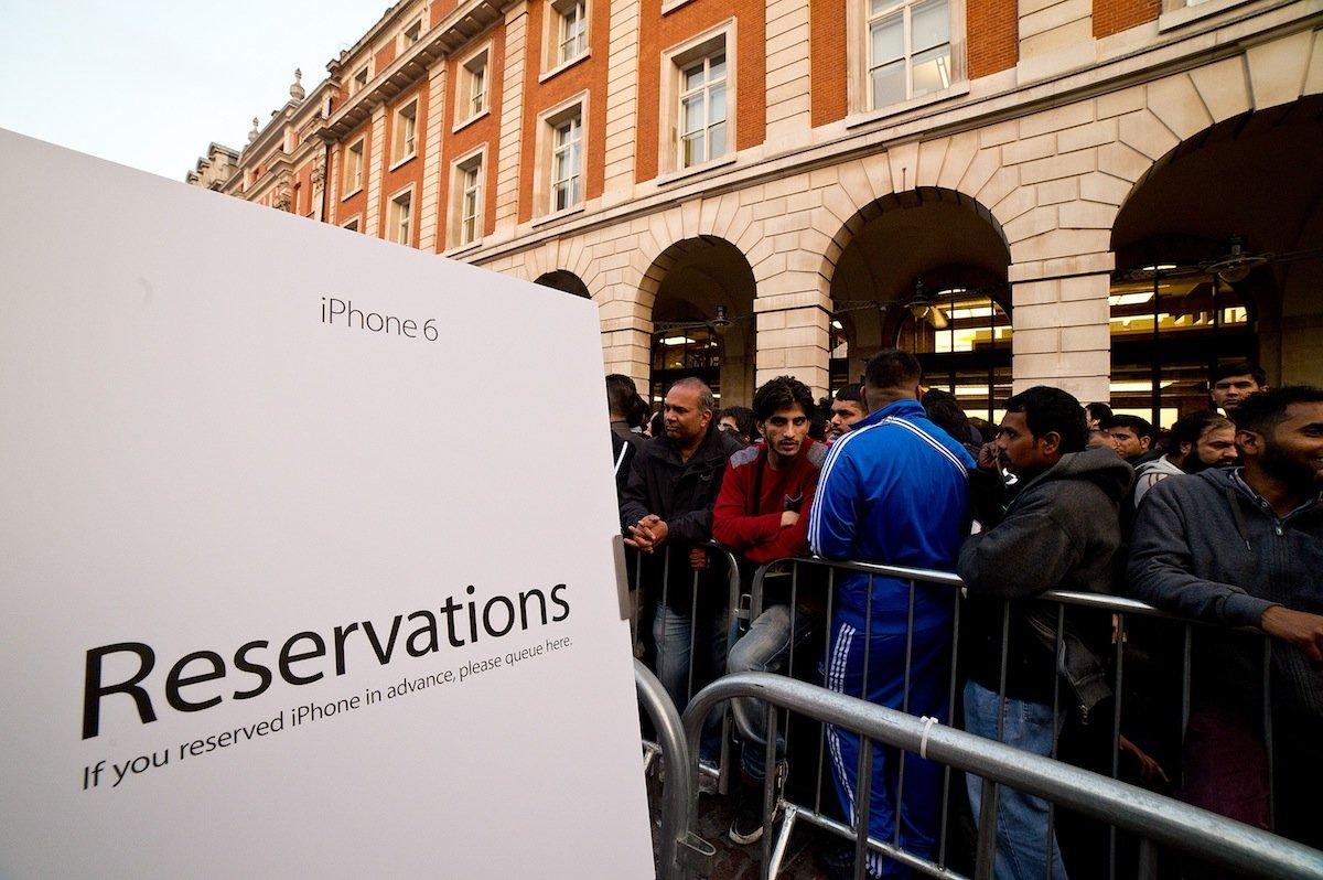 بالصور .. الآلاف من عشاق أبل يزدحمون أمام متاجرها لشراء آيفون 6 2