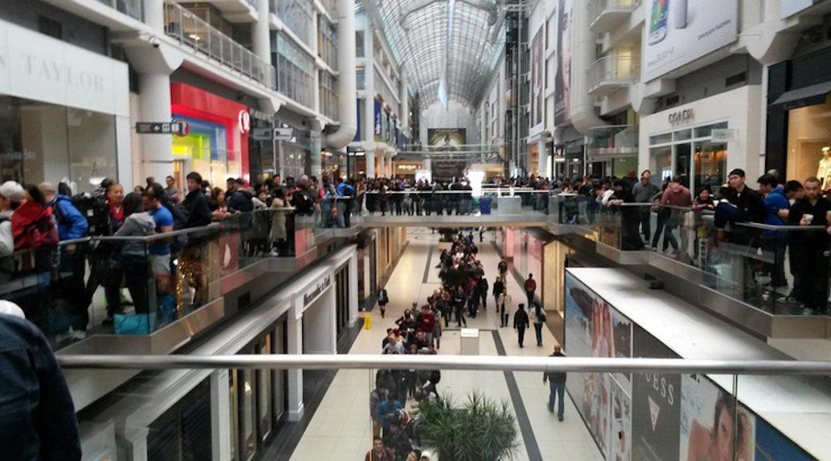 بالصور .. الآلاف من عشاق أبل يزدحمون أمام متاجرها لشراء آيفون 6 4