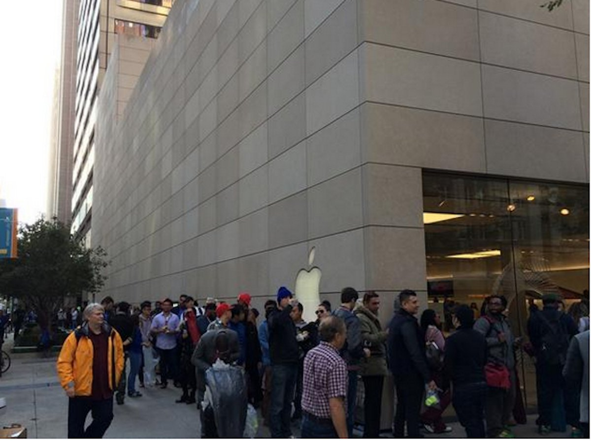 بالصور .. الآلاف من عشاق أبل يزدحمون أمام متاجرها لشراء آيفون 6 6