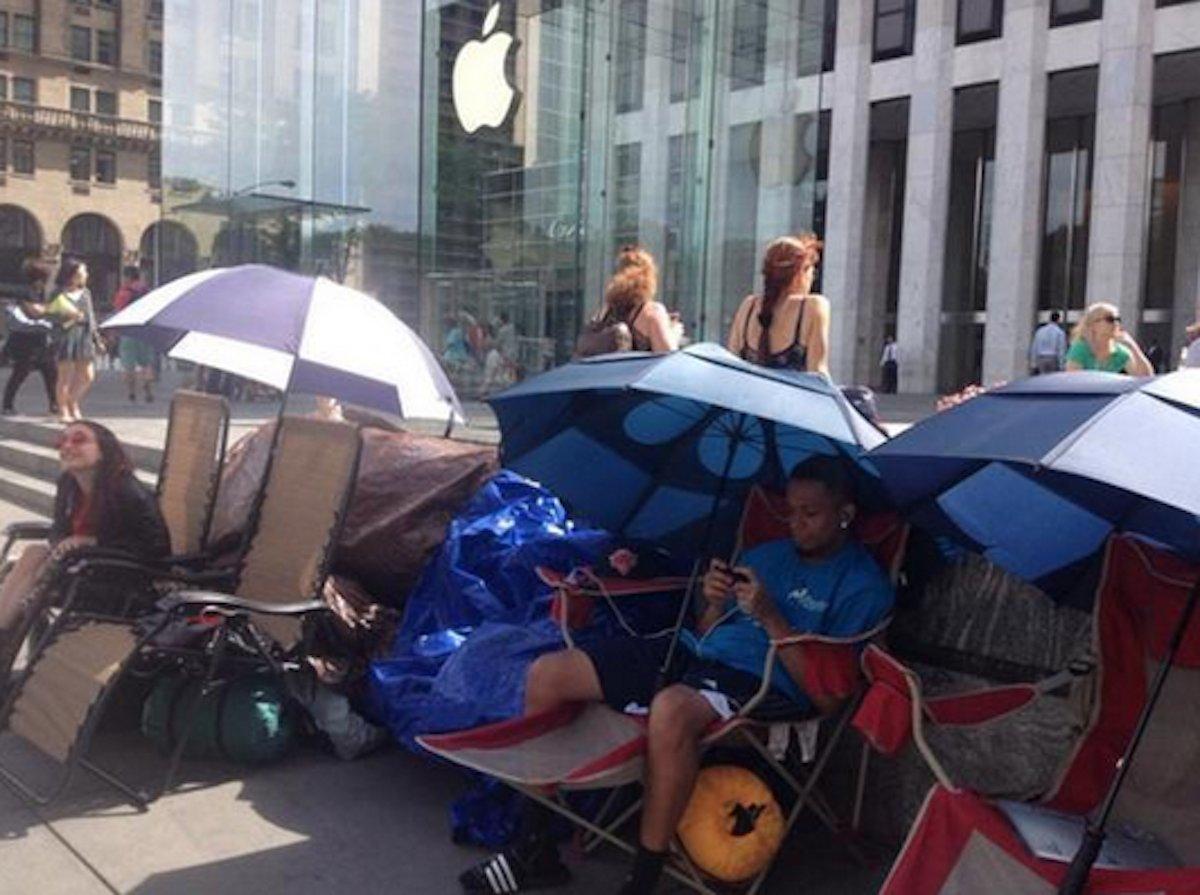 بالصور .. الآلاف من عشاق أبل يزدحمون أمام متاجرها لشراء آيفون 6  7