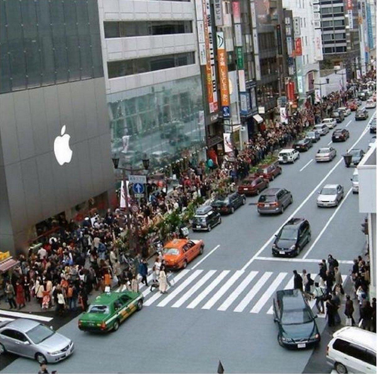 بالصور .. الآلاف من عشاق أبل يزدحمون أمام متاجرها لشراء آيفون 6 8