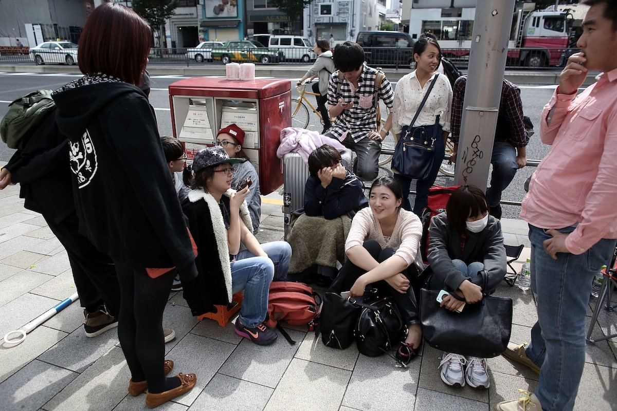 بالصور .. الآلاف من عشاق أبل يزدحمون أمام متاجرها لشراء آيفون 6 9