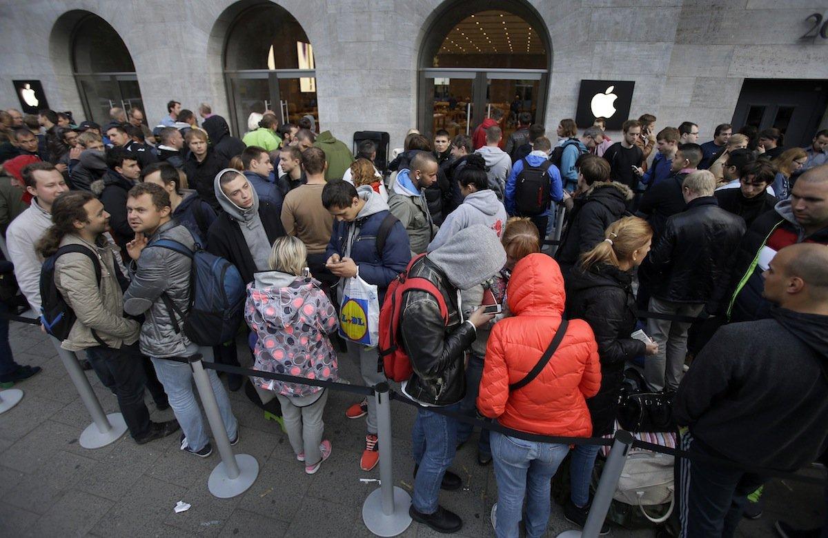 بالصور .. الآلاف من عشاق أبل يزدحمون أمام متاجرها لشراء آيفون 6