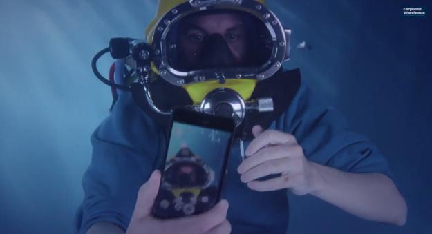 بالفيديو .. فتح علبة إكسبيريا زد 3 تحت الماء