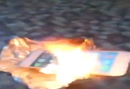 بالفيديو..سعودي غاضب يشعل النار في آيفون 6