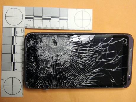 هاتف إتش تي سي ينقذ صاحبه من رصاصة لص