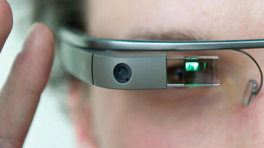 غوغل تضغط على مسئولين من أجل السماح بارتداء نظارتها أثناء القيادة