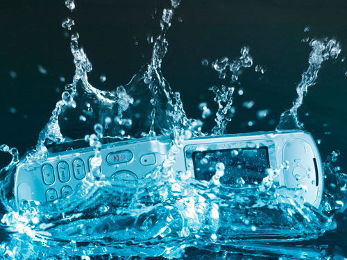 بالفيديو..كيف تنقذ هاتفك إذا سقط في الماء؟