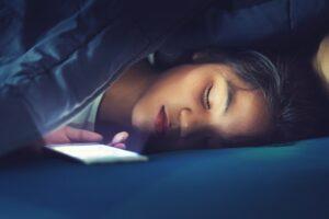 مخاطر استخدام الجوال قبل النوم